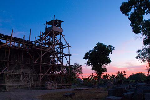 Foto pemandangan senja sunset dari Candi Sojiwan, Kebondalem Kidul, Prambanan, Klaten, Jawa Tengah pada tahun 2008