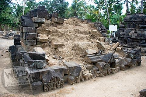 Foto sisa candi perwara di situs Candi Merak, Karangnongko, Klaten, Jawa Tengah jaman dulu di tahun 2008
