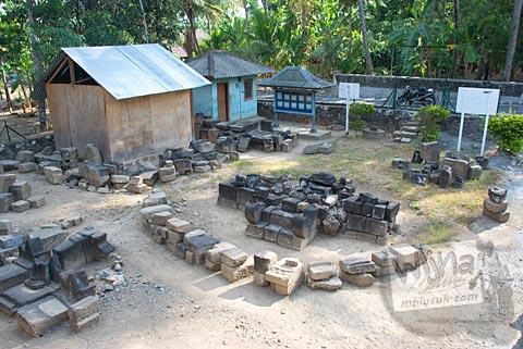 suasana proses pemugaran candi situs Candi Merak, Karangnongko, Klaten, Jawa Tengah zaman dulu di tahun 2008