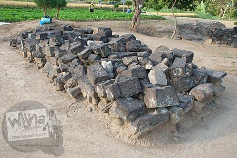 Foto Susunan batu persegi di Candi Karangnongko, Karangnongko, Klaten, Jawa Tengah jaman dulu di tahun 2008