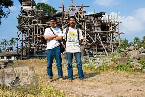 Foto tim pemburu batu candi berkunjung ke Candi Sojiwan di tahun 2008