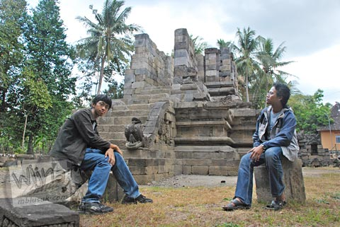 Foto aku dan Andreas Yenri Arditya Satriawan di Candi Merak, Karangnongko, Klaten, Jawa Tengah jaman dulu di tahun 2008