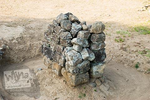 Foto batu yang ditumpuk persegi di Candi Karangnongko, Karangnongko, Klaten, Jawa Tengah jaman dulu di tahun 2008