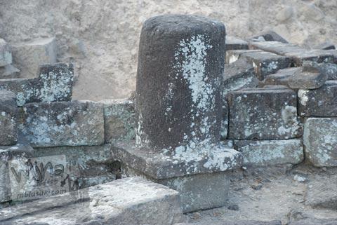 Foto lingga kecil yang ditemukan di Candi Karangnongko, Karangnongko, Klaten, Jawa Tengah jaman dulu di tahun 2008