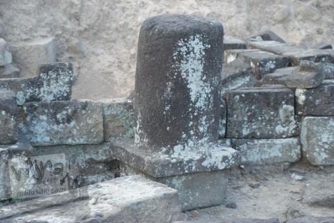 Foto lingga kecil yang ditemukan di Candi Karangnongko, Karangnongko, Klaten, Jawa Tengah zaman dulu di tahun 2008