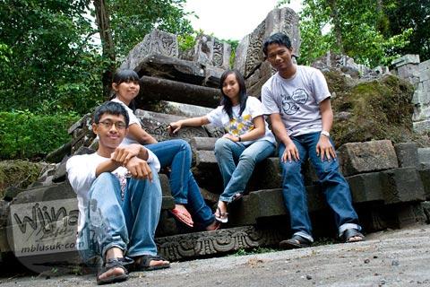 Foto Andreas, Agatha, dan Krista di Candi Morangan, Sindumartani, Ngemplak, Yogyakarta di tahun 2009