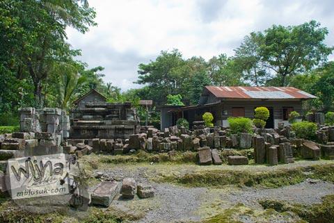 Foto rekonstruksi bangunan candi induk di Candi Morangan, Sindumartani, Ngemplak, Yogyakarta di tahun 2009