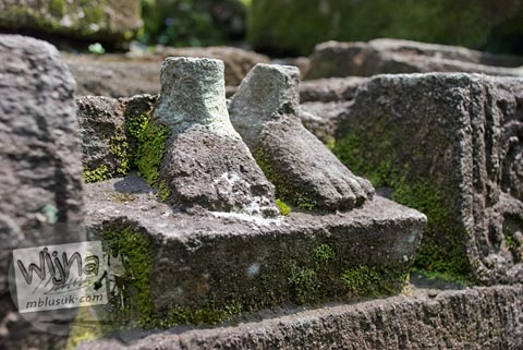 Foto relief potongan kaki di Candi Morangan, Sindumartani, Ngemplak, Yogyakarta di tahun 2009
