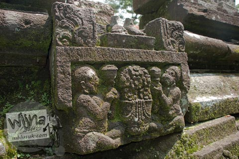 Foto relief sesaji bunga di Candi Morangan, Sindumartani, Ngemplak, Yogyakarta di tahun 2009