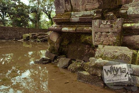 Foto relief yang tergenang di Candi Morangan, Sindumartani, Ngemplak, Yogyakarta di tahun 2009