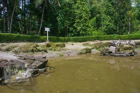 Foto Candi Morangan tergenang air hujan di desa Sindumartani, Ngemplak, Yogyakarta di tahun 2009