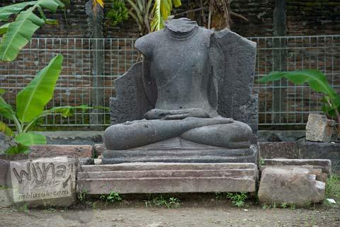 Foto arca buddha tidak utuh di luar Candi Ngawen, Magelang, Jawa Tengah tahun 2008