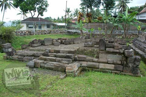 Foto bangunan candi buddha runtuh di Candi Ngawen, Magelang, Jawa Tengah tahun 2008