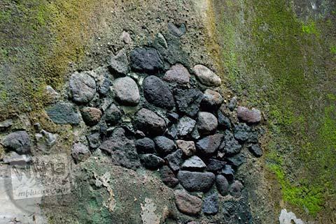 Foto dinding semen menyalahi aturan pemugaran Candi Ngawen, Magelang, Jawa Tengah tahun 2008