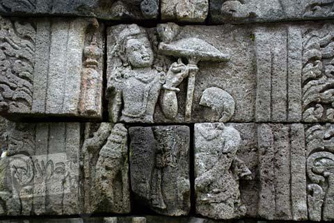 Foto relief manusia payung di Candi Ngawen, Magelang, Jawa Tengah tahun 2008