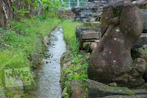 Foto kali kebo mengalir di Candi Ngawen, Magelang, Jawa Tengah tahun 2008