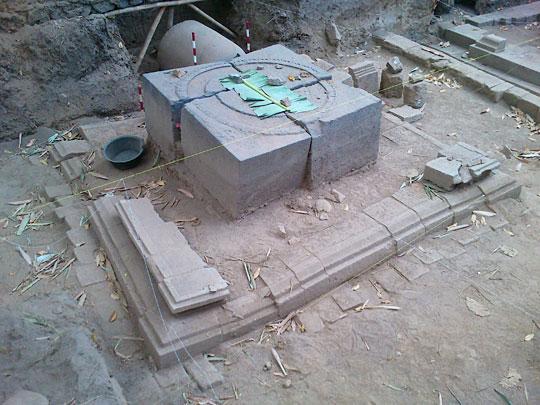 Batu candi berbentuk persegi dan berpola lingkaran yang ada di situs Candi Palgading diyakini adalah dasar dari stupa besar dan dikeramatkan oleh warga dengan ditutup daun pisang