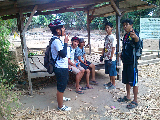 kunjungan singkat cowok cewek yogyakarta ke Candi Palgading yang baru saja ditemukan dengan bersepeda
