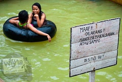 Larangan mengotori petirtaan derekan sumber air panas di ungaran, Semarang, Jawa Tengah