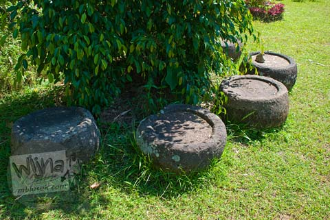 Foto batu-batu candi di sekitar Candi Selogriyo, Magelang, Jawa Tengah pada tahun 2009
