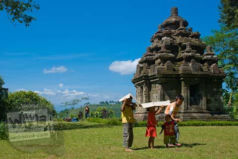 Foto anak bermain di Candi Selogriyo, Magelang, Jawa Tengah pada tahun 2009