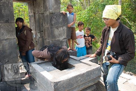 Foto sekumpulan mahasiswa mengunjungi Candi Lawang, Boyolali pada tahun 2009