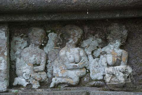 Foto relief wanita telanjang di Situs Sendang Pitu, Cepogo, Boyolali, Jawa Tengah pada Oktober 2009