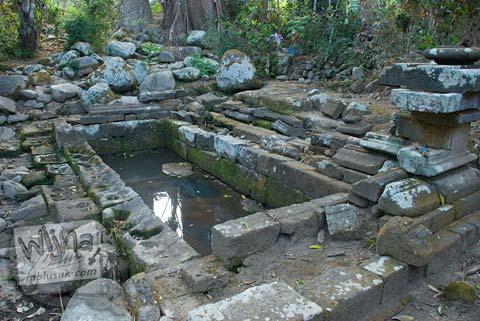 Foto petirtaan runtuh di Situs Sendang Pitu, Cepogo, Boyolali, Jawa Tengah pada Oktober 2009