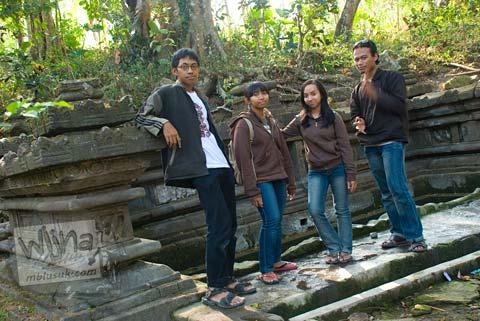 Foto Andreas, Agatha Mahardika, Christa di Situs Sendang Pitu, Cepogo, Boyolali, Jawa Tengah pada Oktober 2009