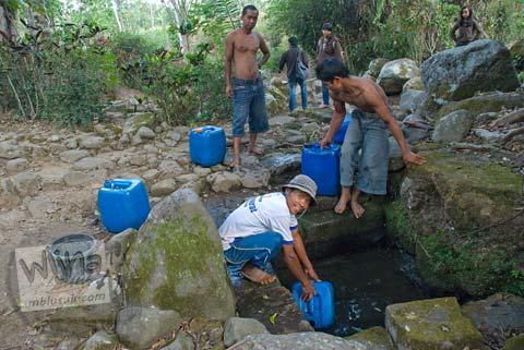 Foto warga desa mengambil air di Situs Sendang Pitu, Cepogo, Boyolali, Jawa Tengah pada Oktober 2009