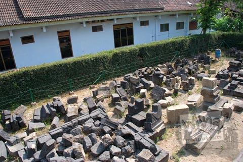 Reruntuhan batu-batu yang tersebar di sekitar Candi Lawang, Boyolali pada tahun 2009