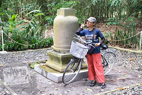 Stupa di dekat Pantai Glagah di desa Sindurejo, Temon, Kulon Progo