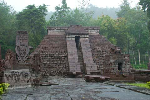 Foto bangunan induk candi Sukuh saat hujan di Candi Sukuh, Karanganyar, Jawa Tengah pada 2009