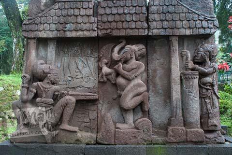 Foto Relief keris Ganesha di Candi Sukuh, Karanganyar, Jawa Tengah pada 2009