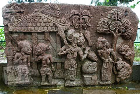 Foto Relief bangsawan di Candi Sukuh, Karanganyar, Jawa Tengah pada 2009