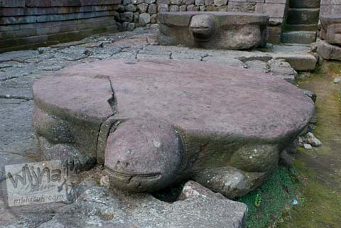 Foto altar kura-kura saat musim kemarau di Candi Sukuh, Karanganyar, Jawa Tengah pada 2009
