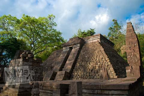 Foto bangunan induk candi Sukuh saat kering, Karanganyar, Jawa Tengah pada 2009