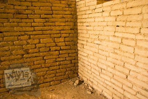 Dinding rumah warga dari batu bata kuno di Situs Candi Kedaton di Trowulan, Mojokerto di tahun 2009