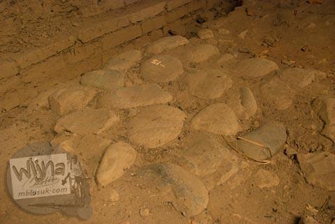 Jalan setapak di zaman dulu yang ada di Situs Candi Kedaton di Trowulan, Mojokerto di tahun 2009