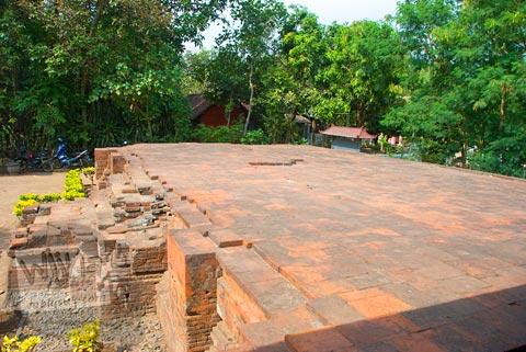 Pendopo dengan struktur unik yang ada di Situs Candi Kedaton di Trowulan, Mojokerto di tahun 2009