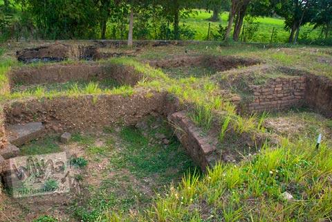 Lubang galian di situs Candi Minak Jinggo Trowulan, Mojokerto di tahun 2009