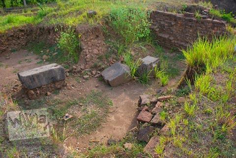 Susunan batu bata di situs Candi Minak Jinggo Trowulan, Mojokerto di tahun 2009