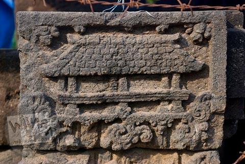 Relief kehidupan di zaman lampau di Trowulan, Mojokerto di tahun 2009
