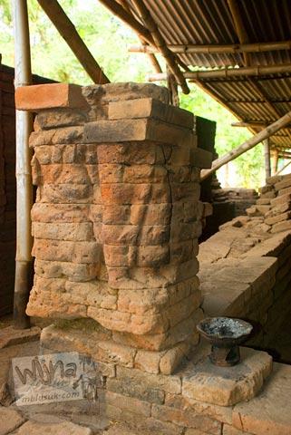 Relief wanita telanjang yang ada di Situs Candi Kedaton di Trowulan, Mojokerto di tahun 2009