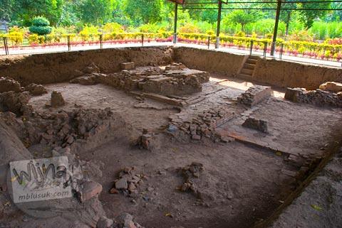 Pemandangan penggalian lantai segi enam di Situs Sentonorejo di Trowulan, Mojokerto di tahun 2009