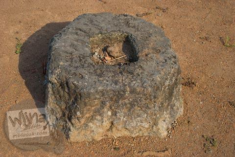 Umpak Batu pondasi Pendopo Majapahit di Trowulan, Mojokerto di tahun 2009