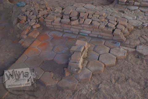 Susunan lantai segi enam di Situs Sentonorejo di Trowulan, Mojokerto di tahun 2009