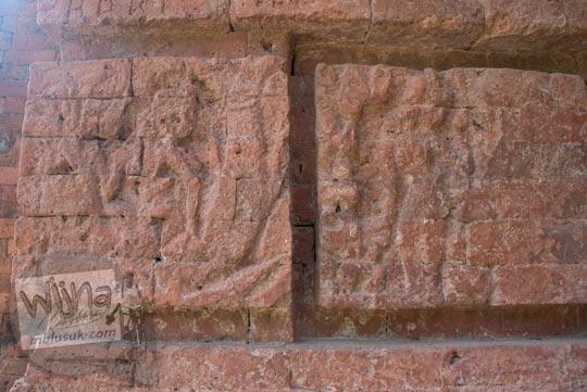 Relief bermakna pelepasan yang terukir di Gapura Bajang Ratu di Trowulan, Mojokerto tahun 2009