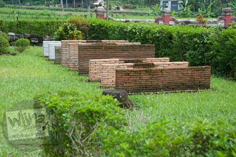 Foto eksperimen batu candi di Situs Watugudig, Prambanan tahun 2009