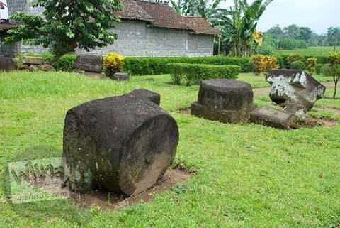 Foto batu-batu besar berserakan di Situs Watugudig, Prambanan tahun 2009